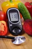 菜、glucometer和听诊器木表面,健康生活方式,营养,糖尿病上 库存图片