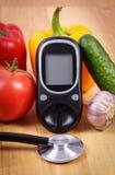 菜、glucometer测量的糖水平的和听诊器,健康生活方式,营养,糖尿病 库存照片