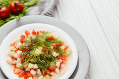 菜健康沙拉在板材的 库存图片