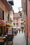 菜单和桌在狭窄的街道上在典型的五颜六色的房子中 库存图片