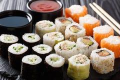 菜单套日语滚动与三文鱼,金枪鱼,鲕梨,黄瓜 免版税库存照片
