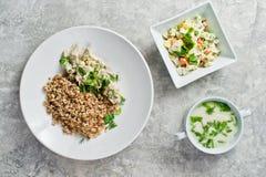 菜单工作午餐餐馆、施特罗加诺夫法牛肉、蔬菜沙拉和鸡汤 免版税库存图片