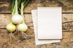 菜单背景 在桌上的菜与厨师书 烹调与食谱书 免版税图库摄影