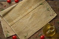 菜单,食谱,假装,横幅 食物调味料背景 老亚麻布餐巾,香料,在老土气背景的草本 r 免版税库存图片