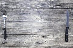 菜单 土气农庄木台式背景菜单 好用叉子创造餐馆菜单,咖啡馆酒吧,木和刀子 免版税图库摄影