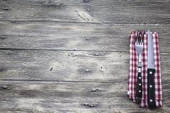 菜单 土气农庄木台式背景菜单 好用叉子创造餐馆菜单,咖啡馆酒吧,木和刀子 免版税库存图片