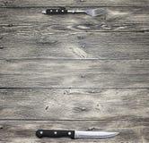 菜单 土气农庄木台式背景菜单 好用叉子创造餐馆菜单,咖啡馆酒吧,木和刀子 库存照片