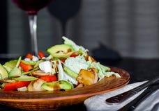 菜和一杯新鲜和开胃沙拉酒 免版税库存照片