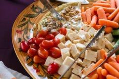 菜和乳酪盘子 免版税库存图片
