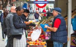 菜和果子的摊位在哈博地铁车站附近在伦敦 免版税库存图片