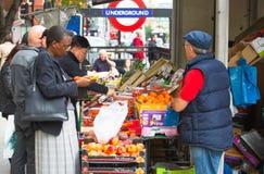 菜和果子的摊位在哈博地铁车站附近在伦敦 免版税库存照片
