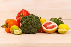 菜和柑橘水果的有用的饮食食物在桌上 库存照片