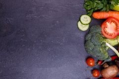 菜和种子在紫罗兰色背景 图库摄影