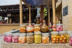 菜和罐头水果在桌上在厨房 免版税图库摄影