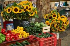 菜和花待售在普罗旺斯 免版税库存照片