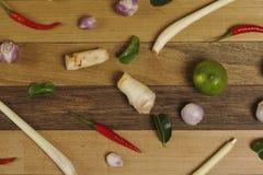 菜和草本在木桌上 免版税库存照片