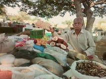 菜和豆类的摊贩 库存照片