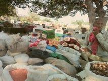 菜和豆类的摊贩 免版税图库摄影