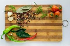 菜和香料烹调的各种各样的盘和沙拉  库存图片