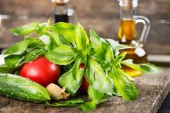 菜和绿色与一个瓶向日葵油 免版税库存照片
