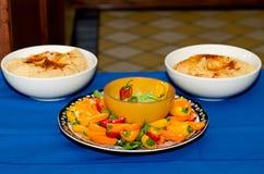 菜和Hummus鳄梨调味酱捣碎的鳄梨酱垂度 库存图片
