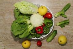 菜品种在木板背景和一棵美丽的云杉的,说明了 免版税图库摄影