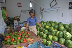 菜商店、商业西瓜和胡椒的一个摊贩 免版税图库摄影