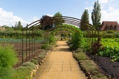 菜园在Ilminster萨默塞特有庭院的英国英国附近的巴林顿法院在夏天阳光下 库存照片
