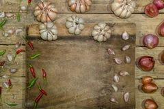 菜园青葱泰国大蒜泰国鸟辣椒背景 免版税库存图片
