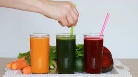 菜圆滑的人戒毒所-红萝卜、甜菜和蔬菜沙拉 素食有机食品 新近地被紧压的汁液鸡尾酒 影视素材