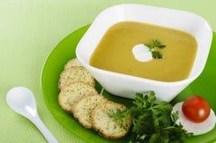 菜奶油色汤用薄脆饼干 免版税库存照片