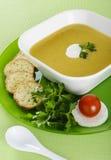 菜奶油色汤用薄脆饼干 库存图片