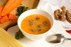 菜奶油色汤用豌豆、红萝卜、南瓜和黑麦油煎方型小面包片 免版税图库摄影