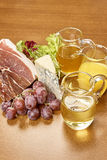 菜成份品种烹调的在木土气背景顶视图乳酪茄子胡椒油汁液羊羔 库存图片