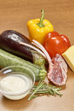 菜成份品种烹调的在木土气背景顶视图乳酪茄子胡椒油汁液羊羔 免版税库存照片
