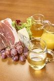 菜成份品种烹调的在木土气背景顶视图乳酪茄子胡椒油汁液羊羔 库存照片