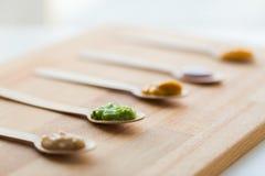 菜或果子纯汁浓汤或者婴儿食品在匙子 免版税库存照片