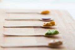 菜或果子纯汁浓汤或者婴儿食品在匙子 免版税图库摄影