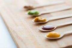 菜或果子纯汁浓汤或者婴儿食品在匙子 库存图片