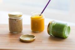 菜或果子纯汁浓汤或者婴儿食品在瓶子 免版税库存照片