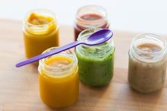 菜或果子纯汁浓汤或者婴儿食品在瓶子 免版税库存图片