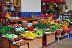 菜摊位在丰沙尔上主要市场  库存照片