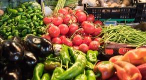 菜摊位在市场上 免版税库存图片