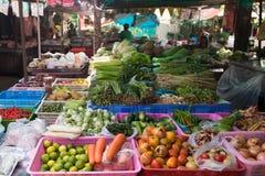 菜摊位在泰国市场上 免版税库存图片