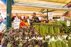 菜摊位在Rialto市场上,威尼斯 库存图片