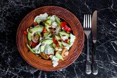 菜新鲜和开胃沙拉在一张大理石桌上的 免版税库存照片
