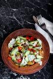 菜新鲜和开胃沙拉在一张大理石桌上的 免版税图库摄影