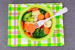 菜板材:硬花甘蓝和红萝卜 饮食健身营养 免版税库存图片