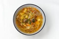 菜汤用圆白菜,红萝卜,土豆 一个空白背景 免版税库存图片