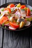 菜沙拉与熏制的鲭鱼特写镜头的在板材 Ve 免版税库存图片